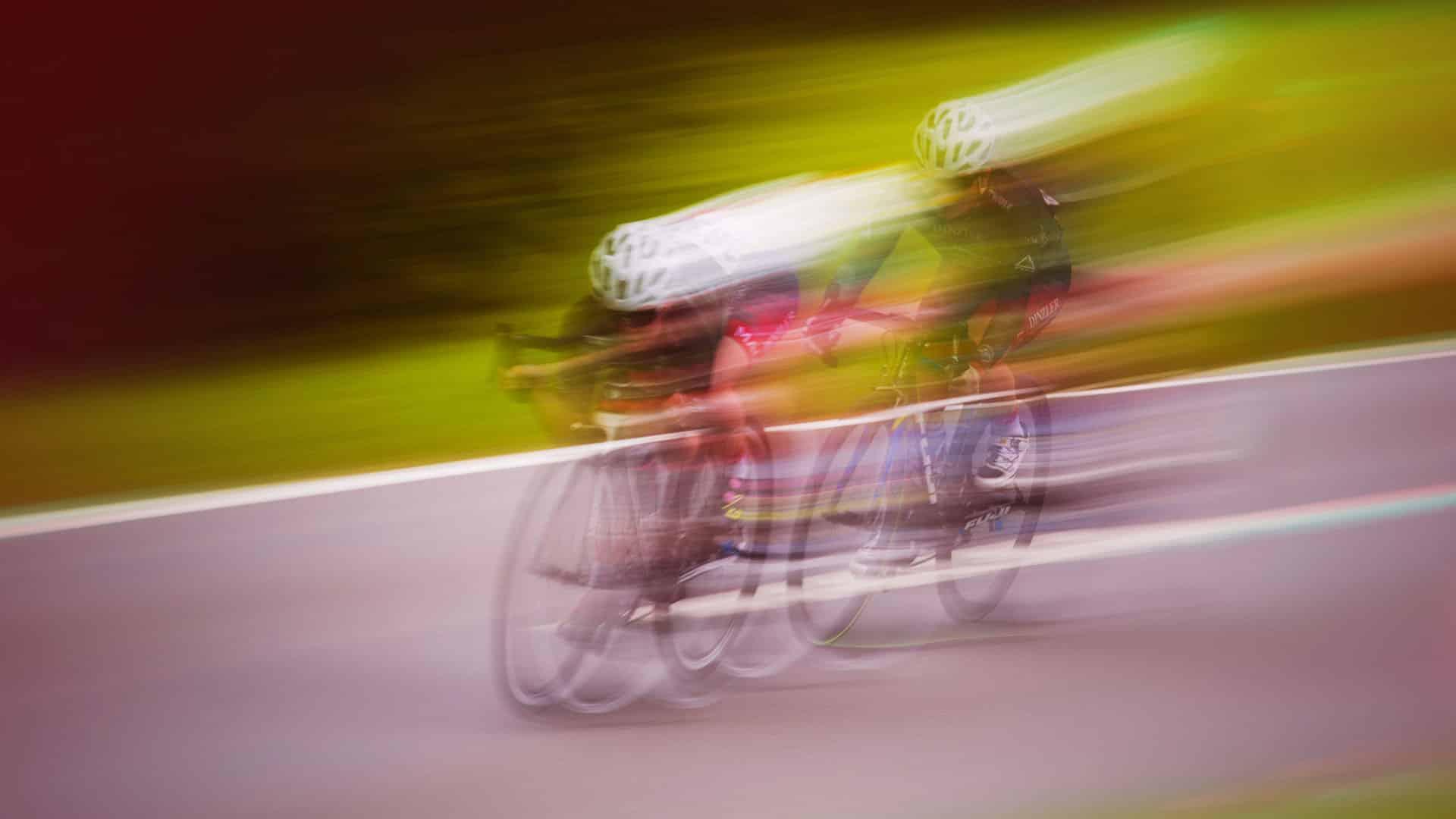 deux personnes font du vélo sur la route