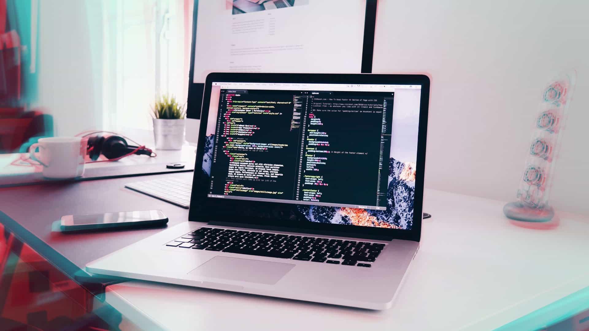 ordinateur portable et écran ordinateur fixe sur un bureau