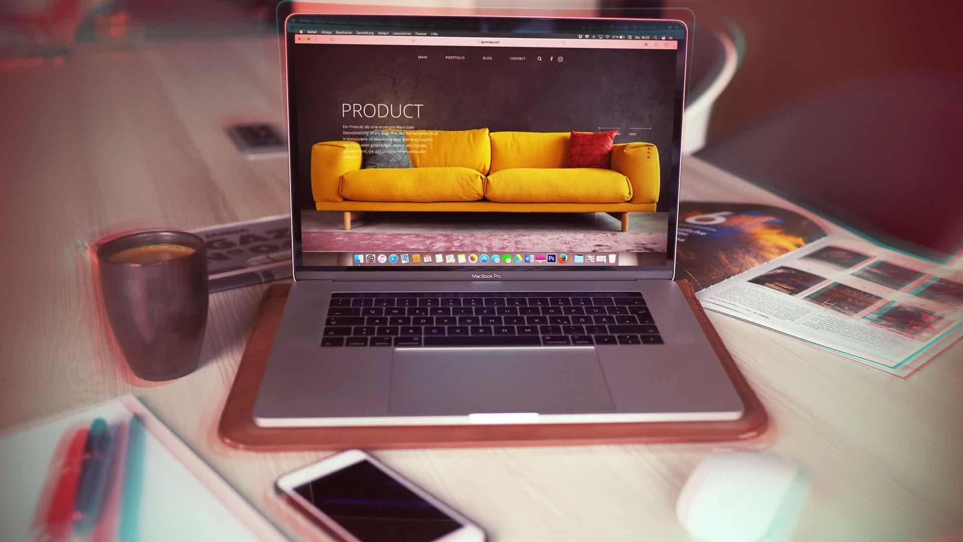 ordinateur portable et portable sur un bureau