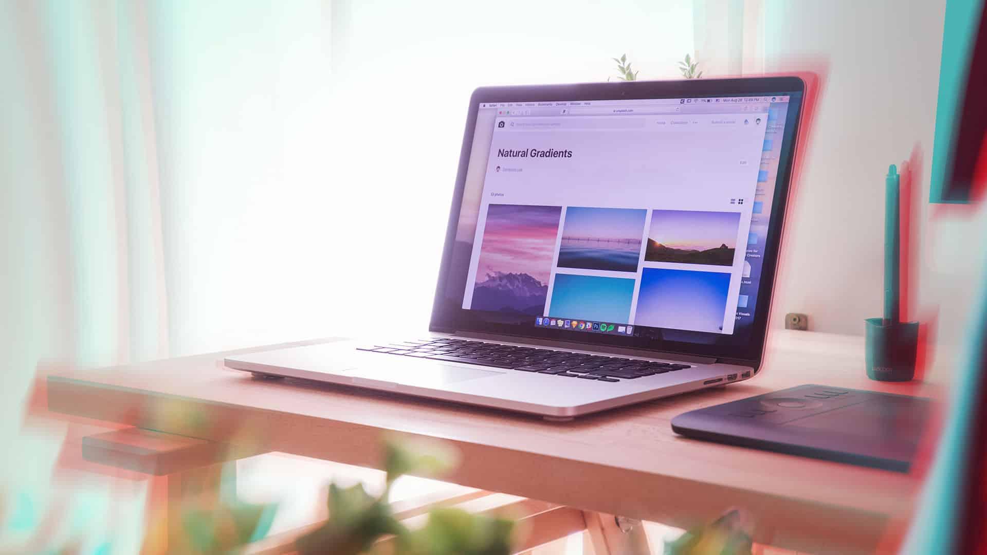 ordinateur portable sur un bureau avec des fleurs et un pad