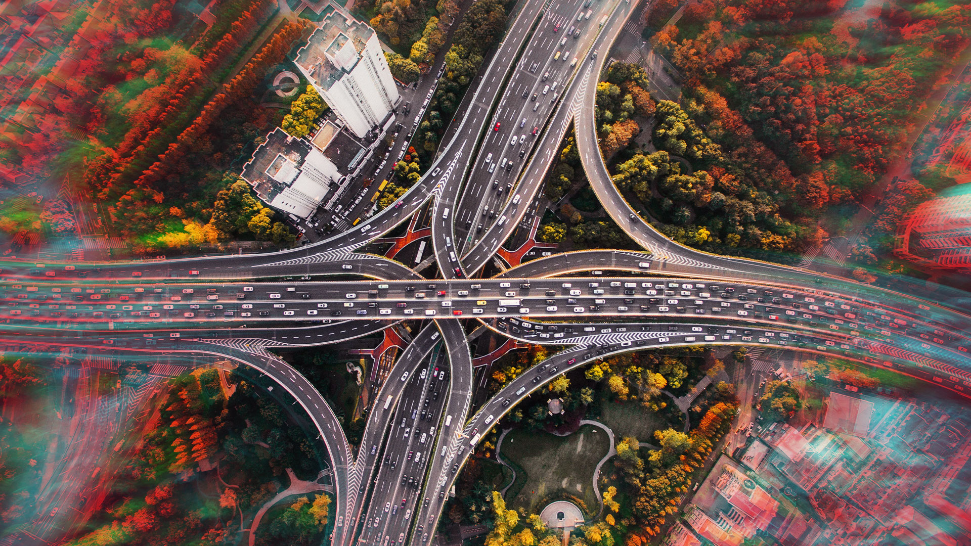 croisement de route avec des voitures au milieu d'une ville