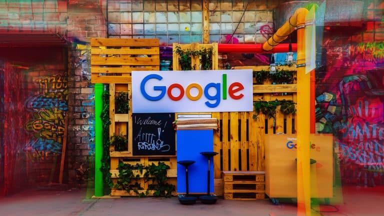 affiche de google au milieu de palette dans une entreprise