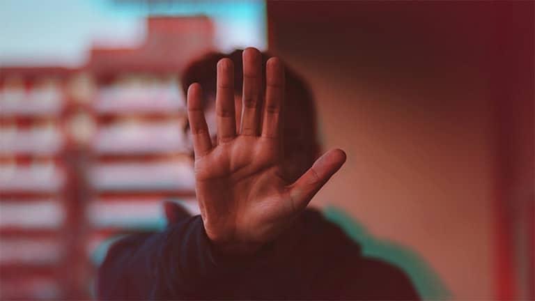 personne qui tend sa main pour dire stop