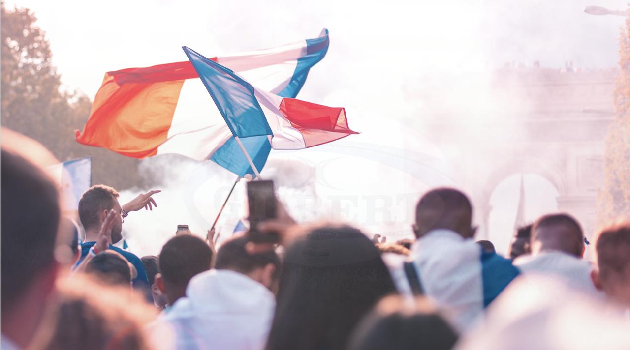 foule avec drapeau français